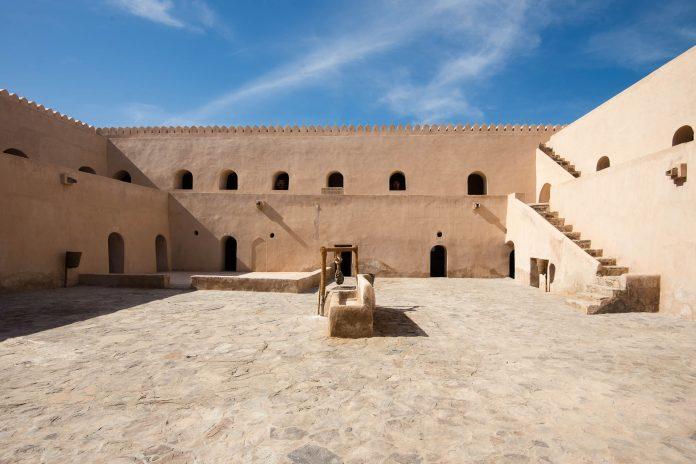 Der Innenhof der Festung Al Mintarib am Rande der Wüste Wahiba Sands, Oman - © FRASHO / franks-travelbox
