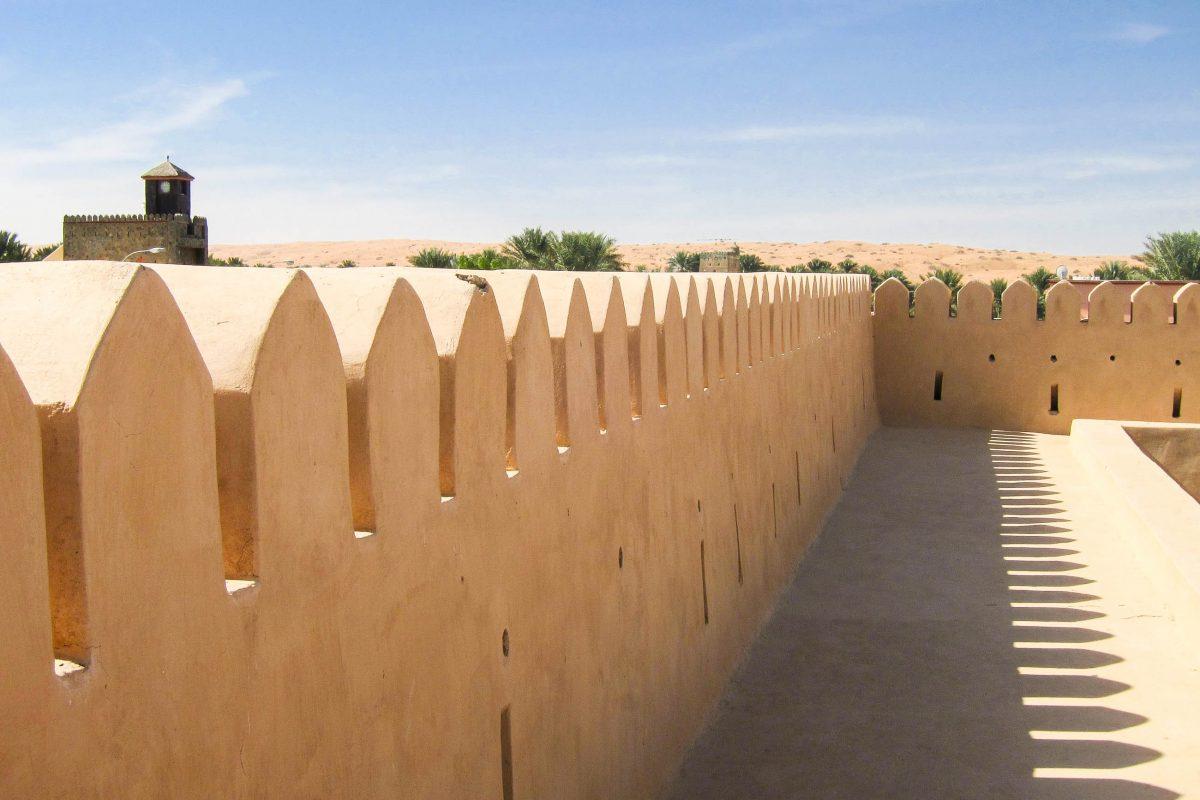Von der oberen Galerie aus hat man einen guten Ausblick auf die Oase Al Mintarib und die umgebende Wüstenlandschaft – die ersten hohen Sanddünen der Wahiba Sands sind gut zu erkennen, Oman - © FRASHO / franks-travelbox
