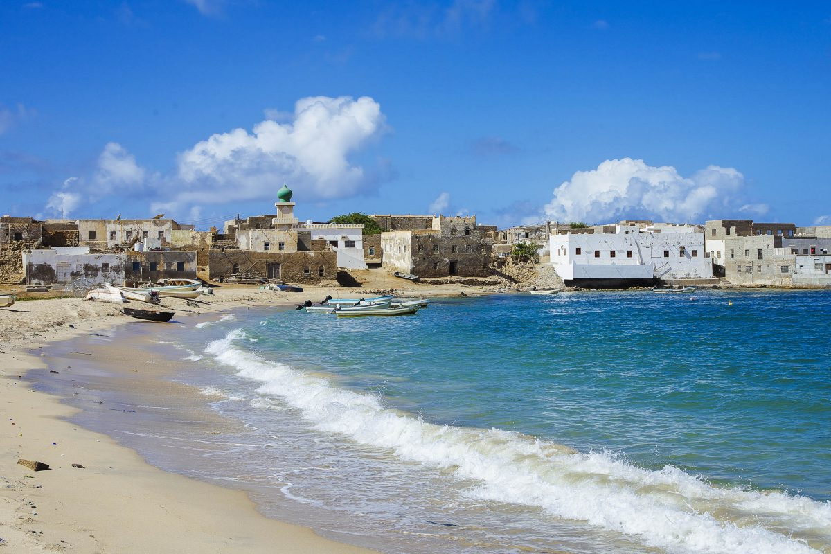Die Stadt Mirbat im Süden Omans war einst eine bedeutende Weihrauchhandelsstadt und lockt heute mit einem traumhaften Strand - © kojik / Shutterstock