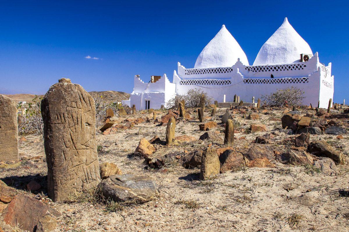 Rund um das Grabmal des Bin Ali nahe Mirbat befinden sich weiter Gräber, deren Grabsteine die typischen Gestaltungselemente des sunnitischen Islam aufweisen, Oman - © Maros Markovic / Shutterstock