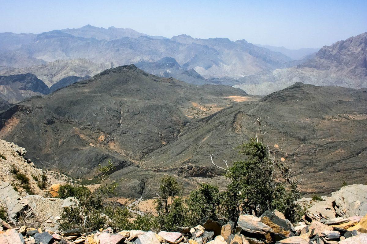 Mit Allradantrieb gelangt man zu den schönsten Plätzen in der Gebirgswelt von Musandam, allerdings sind die anspruchsvollen Strecken nichts für Anfänger, Oman - © Styve Reineck / Shutterstock