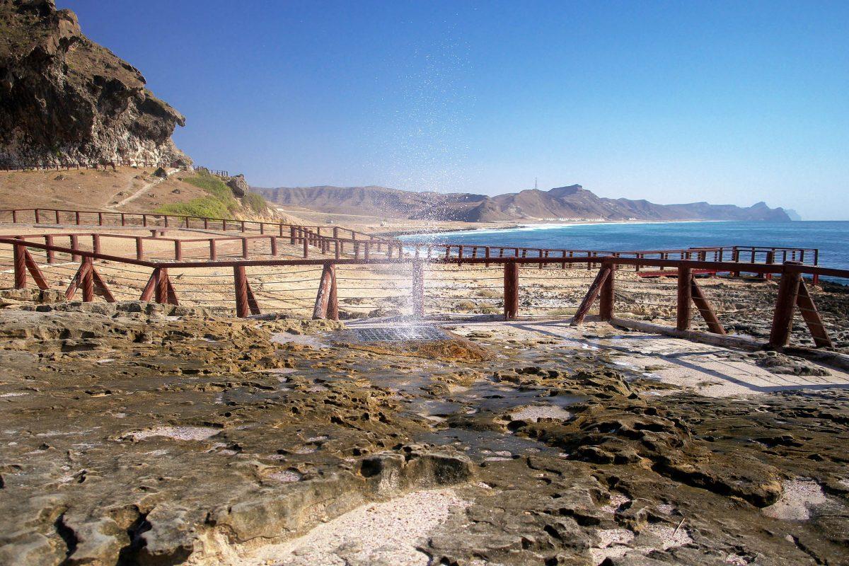 Am westlichen Ende der Bucht von Mughsayl können Blowholes besichtigt werden, aus denen das Wasser bis zu 10 Meter in die Höhe schießt, Oman - © Ondrej Vavra / Shutterstock