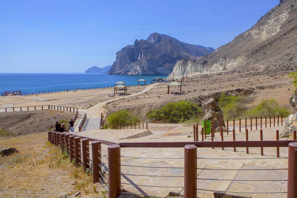 Unter der Woche ist der atemberaubende Strand von Mughsayl im südlichen Oman meist menschenleer - © JurateBuiviene / Shutterstock