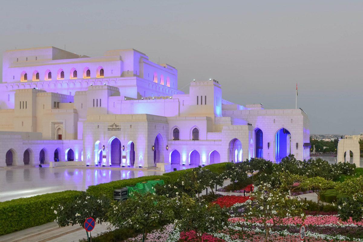 Das Opernhaus wurde auf einem 80 Hektar großen Areal errichtet, welches zur Hälfte von einem idyllischen Garten eingenommen wird, Muscat, Oman - © FRASHO / franks-travelbox