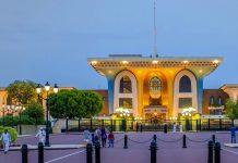 Der Palast des amtierenden Sultans von Muscat thront mitten im Regierungsviertel von Muscat, Oman - © Wolfgang Zwanzger / Shutterstock