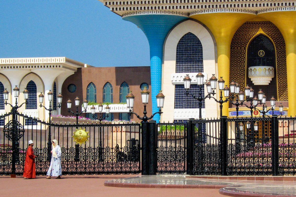 Die fein gearbeiteten Mosaike an der Fassade Al Alam Palastes in Muscat, Oman, können auch von außen in Augenschein genommen und fotografiert werden - © FRASHO / franks-travelbox