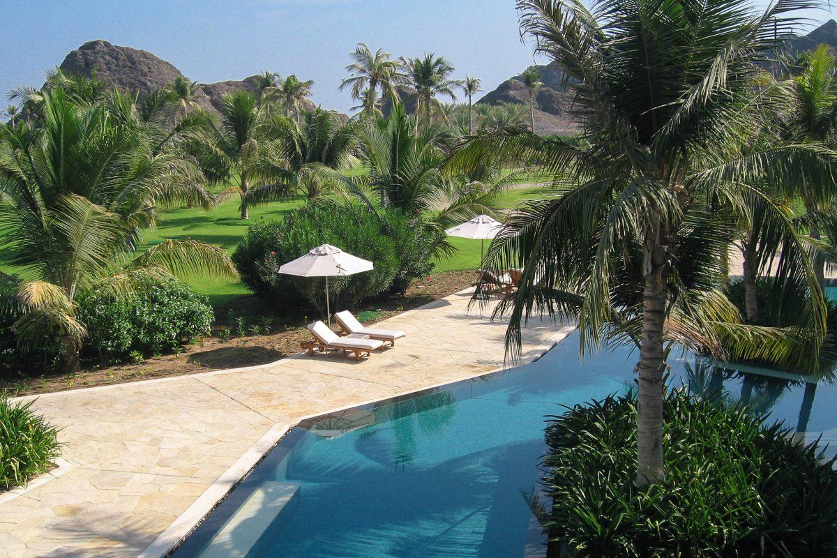 Die Gartenanlage im Al Bustan Hotel ist in eine faszinierende Berglandschaft eingebettet, Oman - © FRASHO / franks-travelbox
