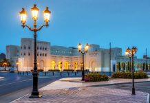 Die Sehenswürdigkeiten der recht überschaubaren Altstadt von Muscat, der Hauptstadt des Oman, werden am besten zu Fuß erkundet - © Wolfgang Zwanzger / Shutterstock