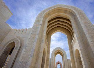 Für die Errichtung der Sultan Qaboos Grand Mosque in Muscat, Oman, wurden 300.000 Tonnen an indischem Sandstein verarbeitet - © FRASHO / franks-travelbox