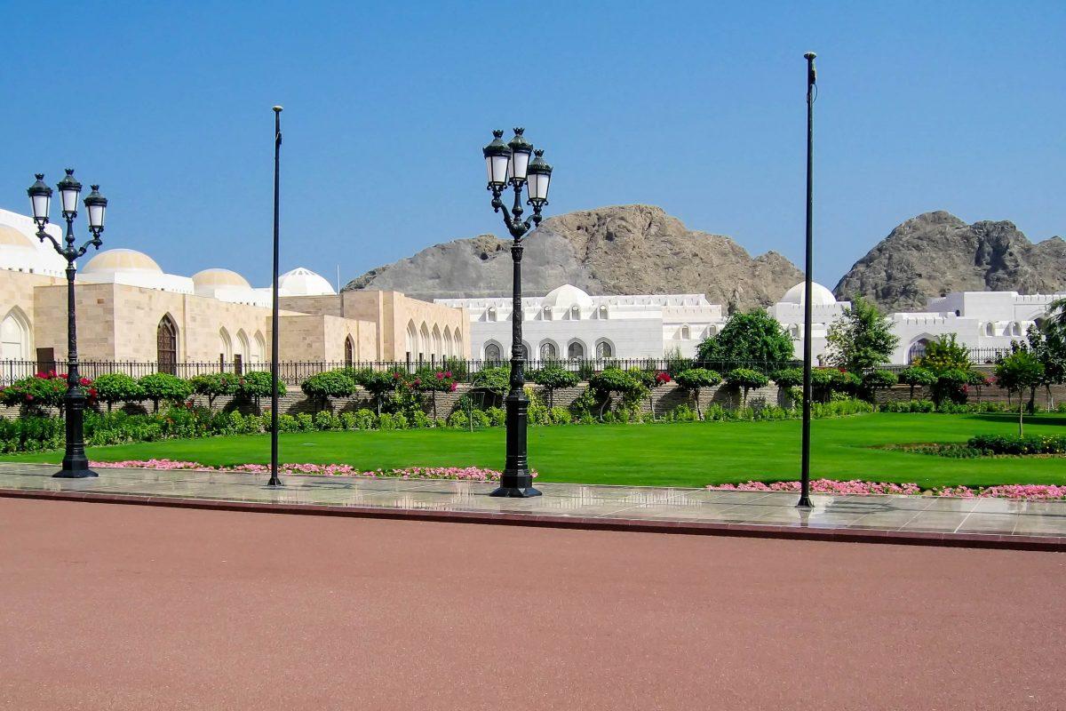 Heute besteht die Anlage des Sultanspalastes noch aus zahlreichen weiteren Wohn- und Verwaltungsgebäuden im Regierungsviertel von Muscat, Oman - © FRASHO / franks-travelbox
