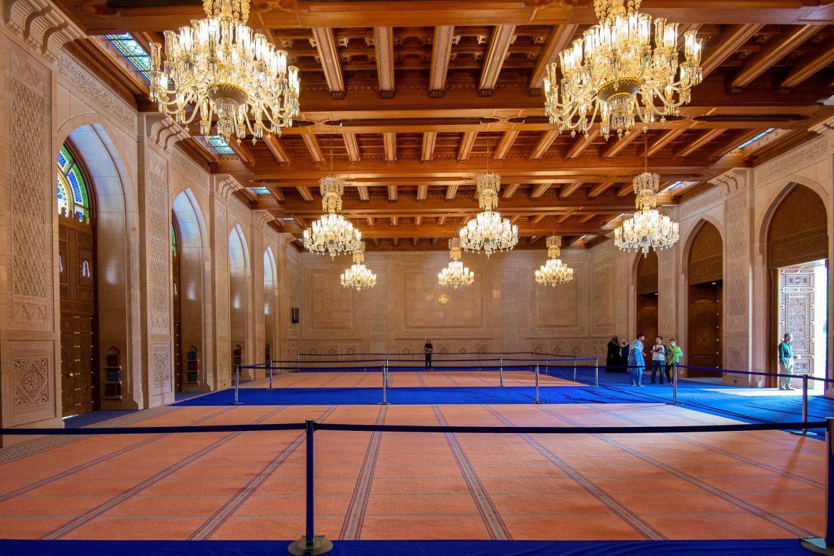 Im Vergleich zur prächtigen Männergebetshalle ist der Frauen-Gebetssaal der Sultan Qaboos Moschee in Muscat nahezu bescheiden eingerichtet, Oman - © FRASHO / franks-travelbox