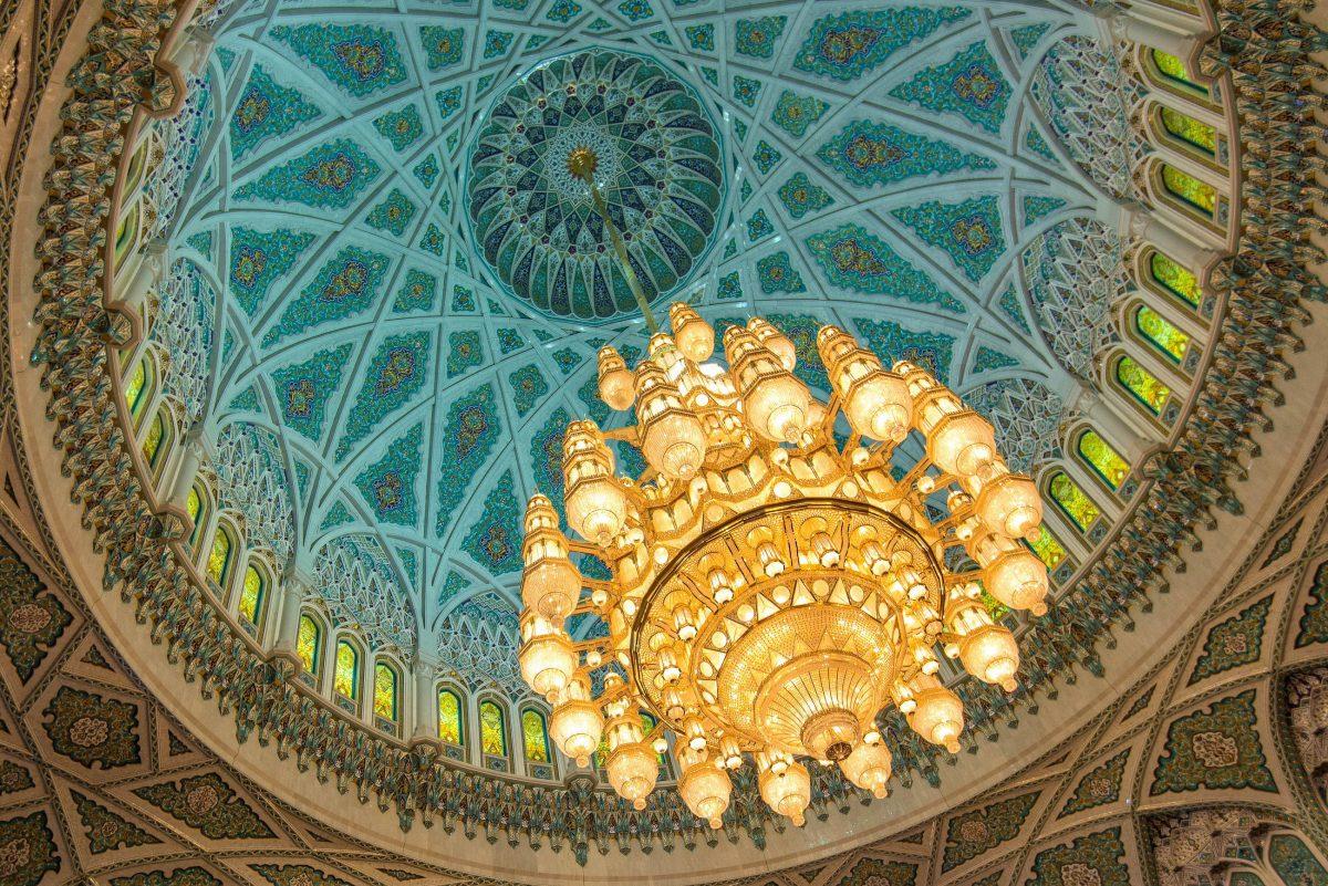 In der Mitte einer 50 m hohen Kuppel prangt in der Großen Moschee von Muscat, Oman, einer der größten Kronleuchter der Welt - © FRASHO / franks-travelbox