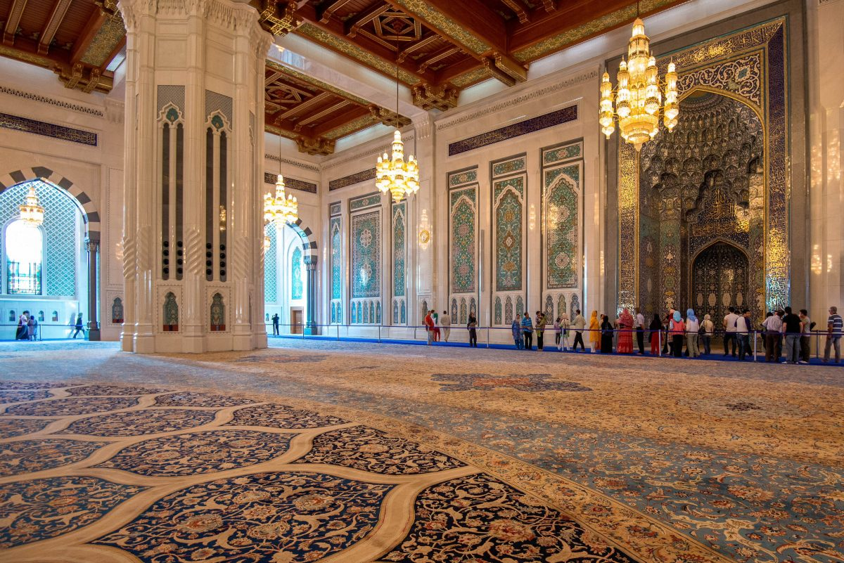 In der Sultan Qaboos Moschee in Muscat dürfen sogar die beiden Gebetshallen von Nicht-Muslimen besucht werden, Oman - © FRASHO / franks-travelbox
