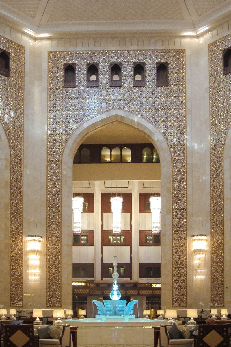 Jeder, der die atemberaubende Eingangshalle des Al Bustan Palace betritt, wird sofort vom eleganten Charme aus Tausendundeiner Nacht verzaubert, Oman - © FRASHO / franks-travelbox