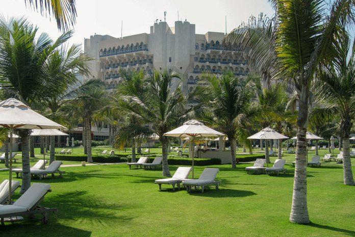 Liegen sind im Garten des Al Bustan Hotels mehr als ausreichend vorhanden, der Service ist excellent, Oman - © FRASHO / franks-travelbox