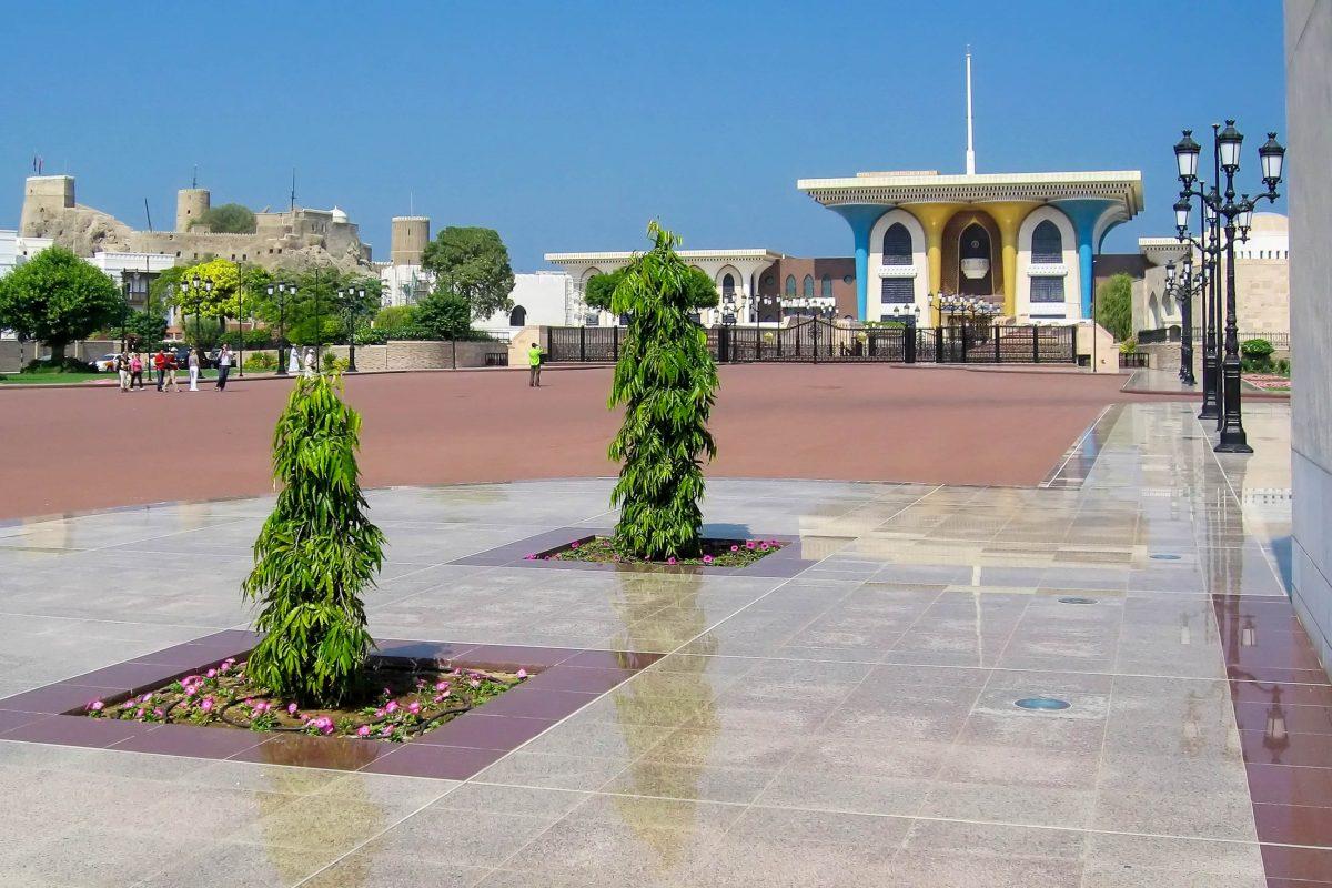 Über den herrlichen Vorplatz können sich Touristen dem Sultanspalast von Muscat bis auf wenige Meter nähern, Oman - © FRASHO / franks-travelbox