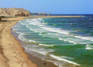 Nicht umsonst ist das kleine Küstenstädtchen Yiti-Beach im nördlichen Oman nach seinem idyllischen Strand benannt - © Ivan Pavlov / Shutterstock