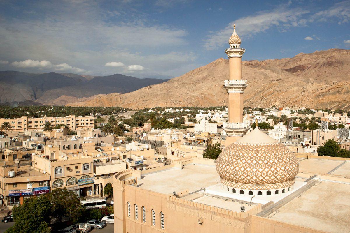 Blick vom Fort Nizwa über die Stadt mit den Bergen im Hintergrund, Oman - © l i g h t p o e t / Shutterstock