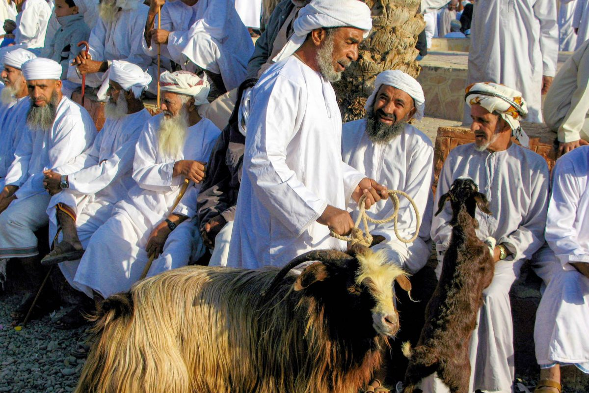 Der Vieh-Verkauf am berühmten Tiermarkt von Nizwa, Oman, folgt einem strengen Ritual - © ChameleonsEye / Shutterstock