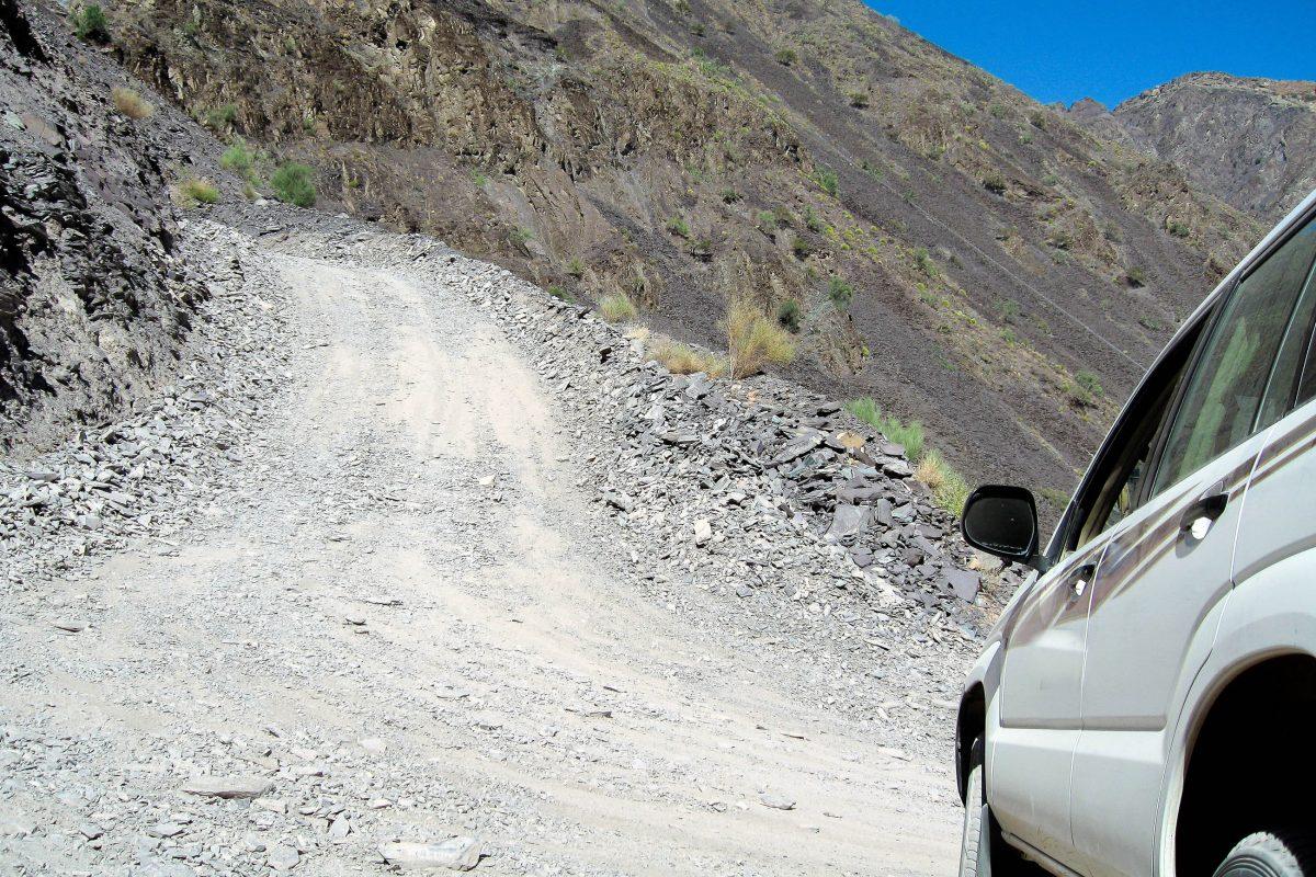 Only 4WD - steile Pisteauffahrt von einer Ortschaft im Jebel Akhdar Gebirge zum Saiq Plateau, Oman - © FRASHO / franks-travelbox