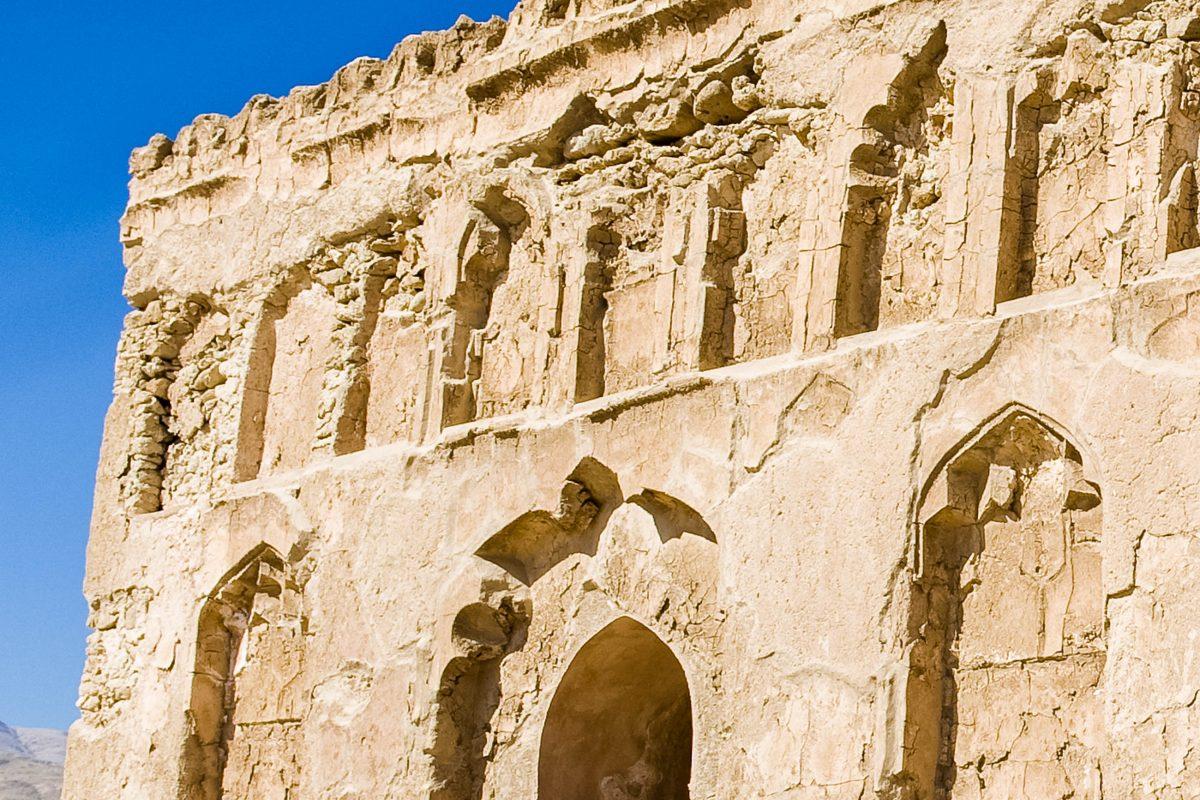 Detailansicht der Fassade der Ruine des Mausoleums von Bibi Maryam aus dem 13. Jahrhundert, Qalhat, Oman - © Nico Traut / Shutterstock