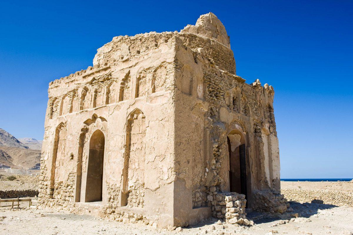 Die Ruine des Mausoleums der Bibi Maryam ist das besterhaltene Bauwerk, welches von der historischen Stadt Qalhat aus dem 13. Jahrhundert übrig geblieben ist, Oman - © Nico Traut / Shutterstock