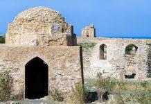Qalhat war einst eine blühende Handelsstadt am Golf von Oman und wurde von den Portugiesen im 16. Jahrhundert zerstört, im Hintergrund die Ruine des Mausoleums von Bibi Maryam - © Byelikova Oksana / Shutterstock