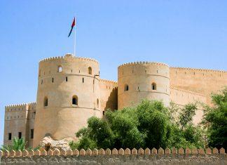 Die Festung von Rustaq zählt zu den größten und ältesten Bollwerken im Oman - © Styve Reineck / Shutterstock