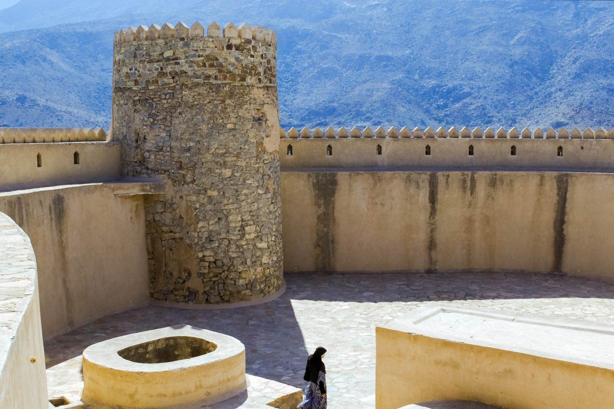 Hinter den bis zu 3m dicken Mauern und den vier Rundtürmen der Festung von Rustaq fühlt man sich heute noch vor Angreifern sicher, Oman - © Sudheer Sakthan / Shutterstock