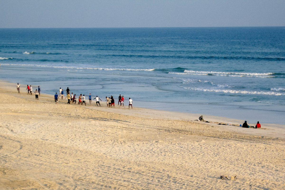 Am schier endlosen Sandstrand von Salalah wird am späten Nachmittag, wie überall auf der Welt, Fußball gespielt, Oman - © FRASHO / franks-travelbox