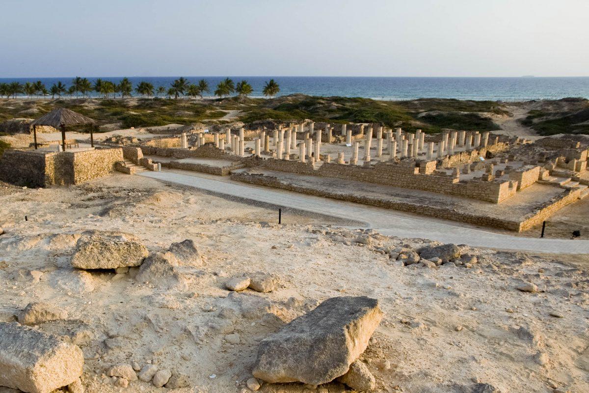 Der Archäologiepark al-Bhaleed in Salalah kann zu Fuß oder mit einem kleinen Elektrowagen erkundet werden, Oman - © Maros Markovic / Shutterstock