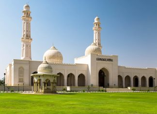 Die Sultan-Qaboos-Moschee in Salalah, Oman wurde im Jahr 2009 eingeweiht und darf von Nicht-Muslimen leider nicht betreten werden - © MarosMarkovic/Shutterstock