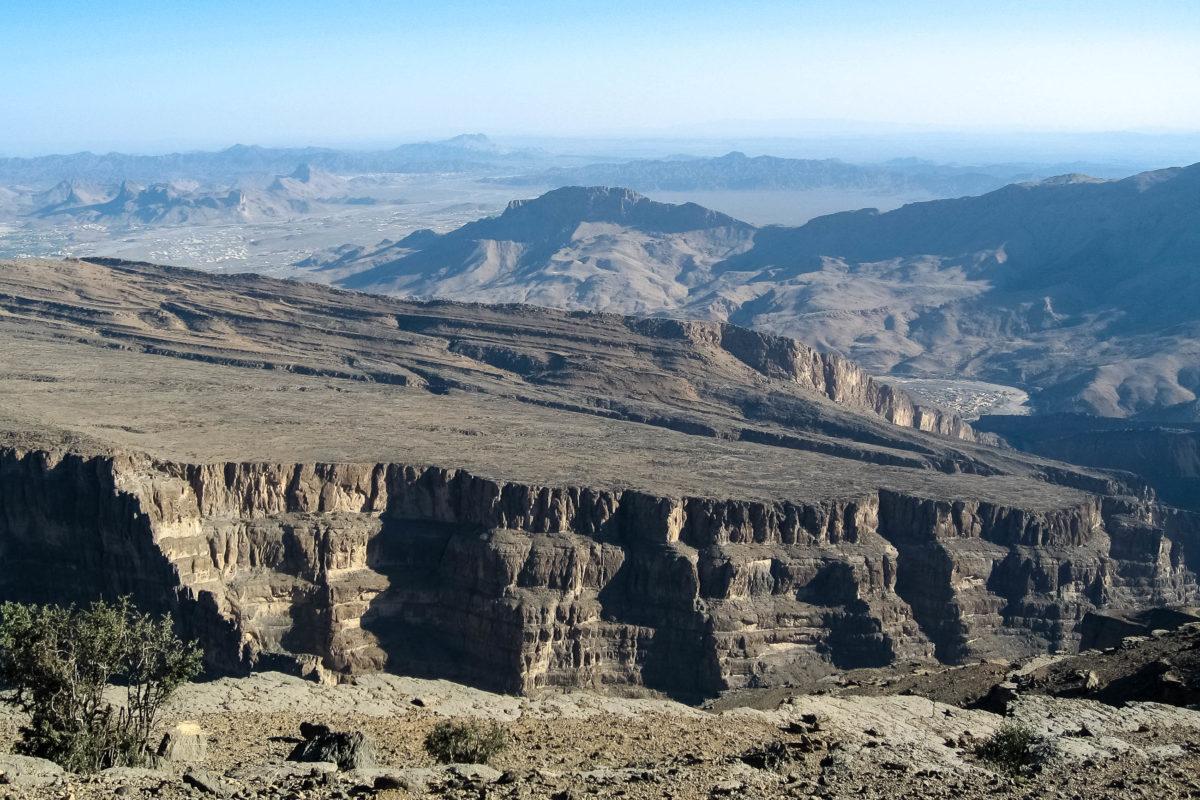 """Spektakulärer Blick vom Jebel Shams über das Wadi Ghul, auch als """"Grand Canyon des Oman"""" bezeichnet, Oman - © FRASHO / franks-travelbox"""