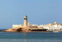 Das Ende der langen Hafenpromenade von Sur, eine der schönsten im Oman, markiert ein schmucker Leuchtturm - © diak / Shutterstock