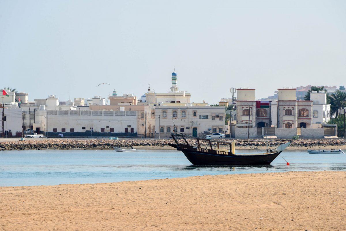 Dhaus, die traditionellen Holzboote der Omanis, sind im Hafen von Sur allgegenwärtig - © FRASHO / franks-travelbox