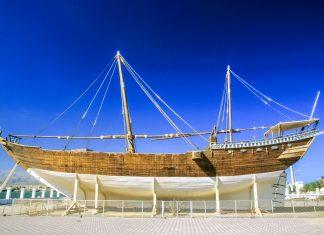 Die 300 Tonnen schwere Fatah al-Khair aus dem Jahr 1920 thront als eines der letzten Dhaus als Denkmal auf einer Plattform am Ufer von Sur, Oman - © Jorg Hackemann / Shutterstock