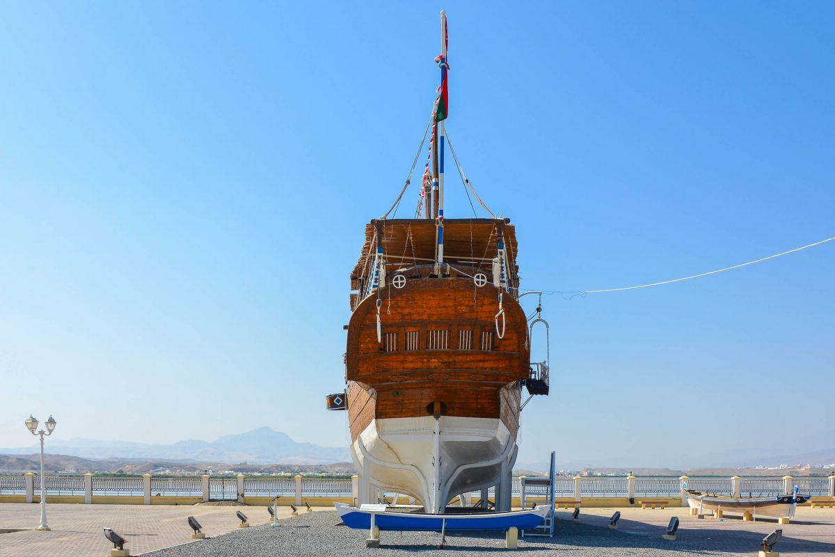 Die Dhaus im Dhau-Museum von Sur entstanden auf traditionelle Art ohne elektrisch betriebene Maschinen und ohne Konstruktionspläne, Oman - © FRASHO / franks-travelbox