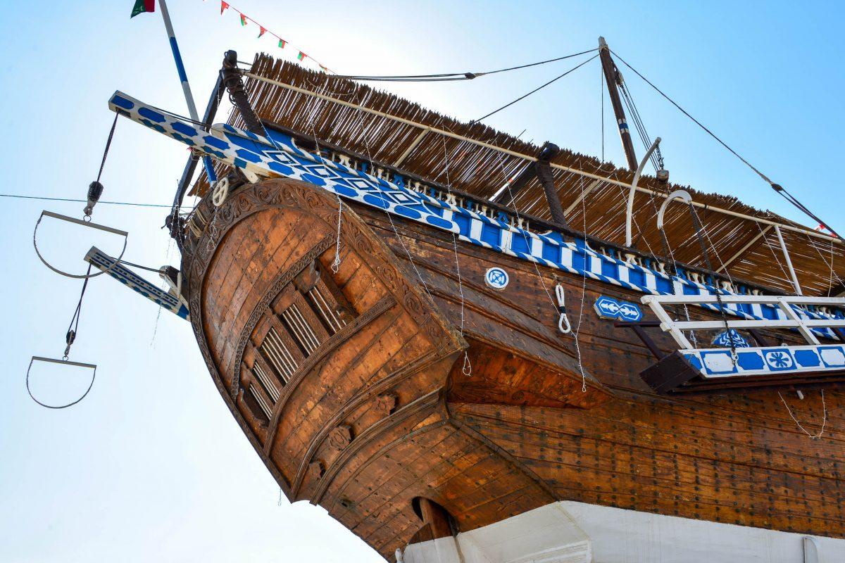 Die eleganten Schiffe werden in Sur teils noch mit traditionellen Methoden von Hand gefertigt und sind im Dhau-Museum zu sehen, Oman - © FRASHO / franks-travelbox