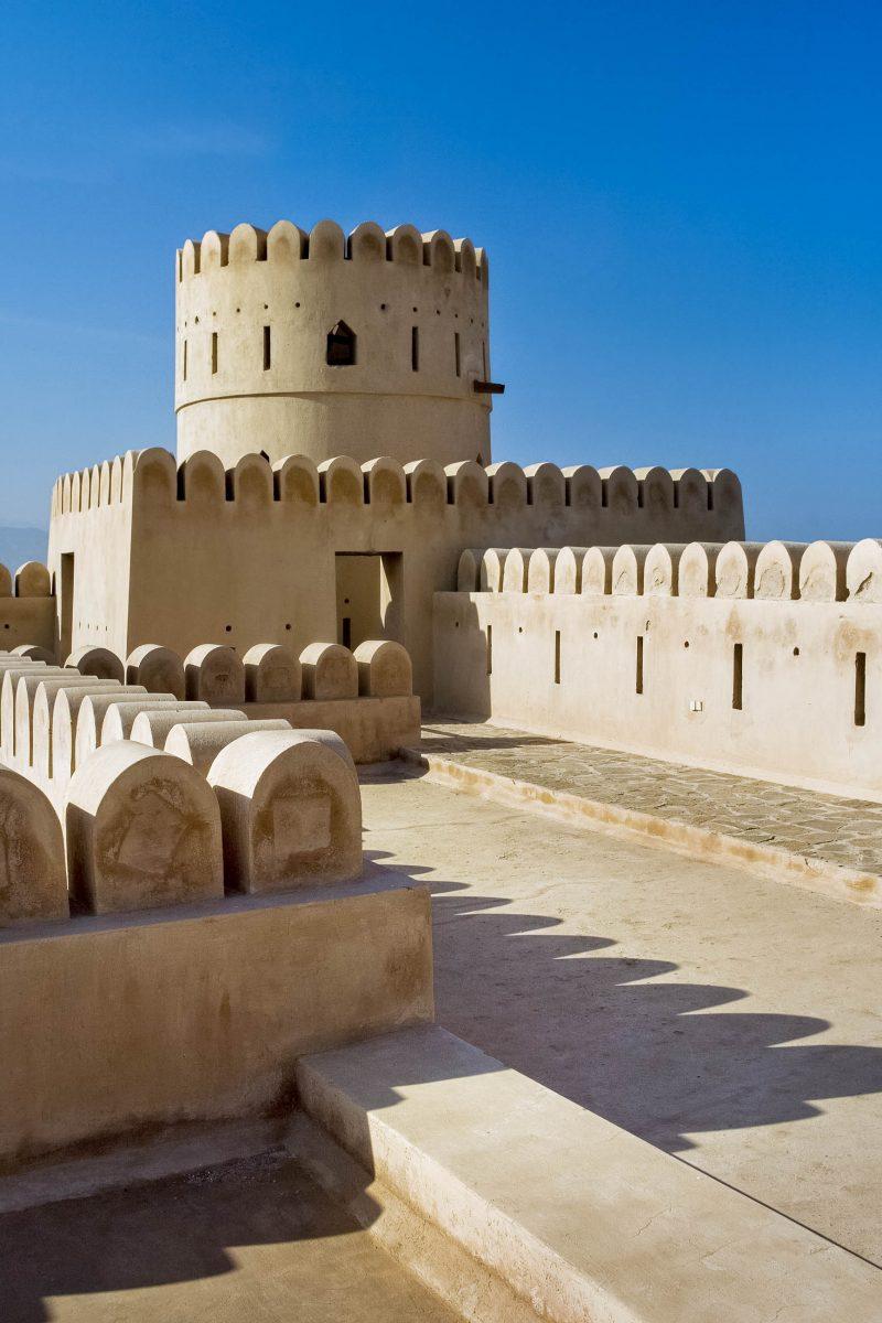 Eine der vier Rundtürme der Festung Sinesilas in der Stadt Sur, Oman - © ByelikovaOksana/Shutterstock