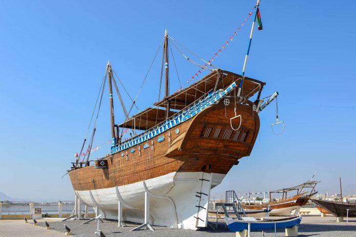 Im Dhau-Museum von Sur, Oman, sind entlang der Hafenstraße die schönsten Exemplare der traditionell arabischen Holzboote ausgestellt - © FRASHO / franks-travelbox