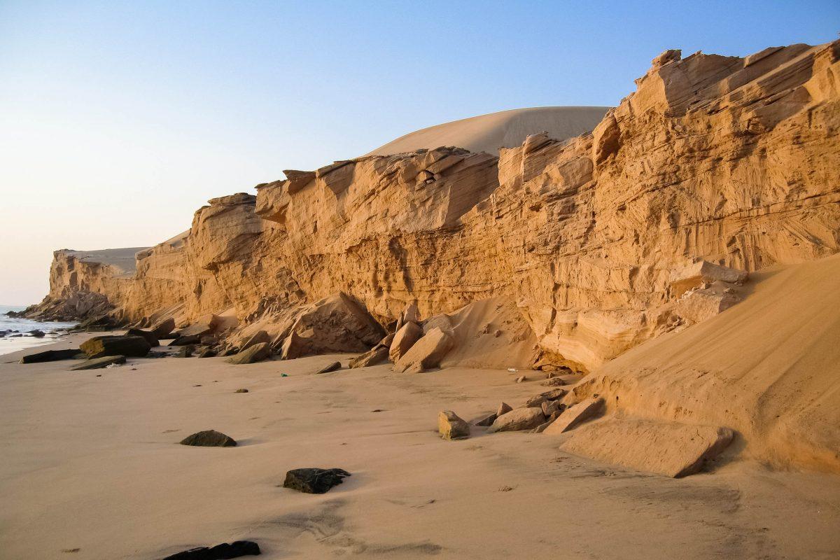 Um die Abbruchkante der Wahiba Sands beim Ozean zu sehen benötigt man einen Geländewagen und einen ortskundigen Führer, Oman - © FRASHO / franks-travelbox