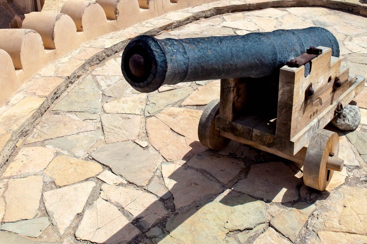 Von den obersten Plattformen der Festung in Nakhl, die noch mit Kanonen bestückt sind, hat man einen wunderbaren Blick über die Batinah-Region im nördlichen Oman - © l i g h t p o e t / Shutterstock