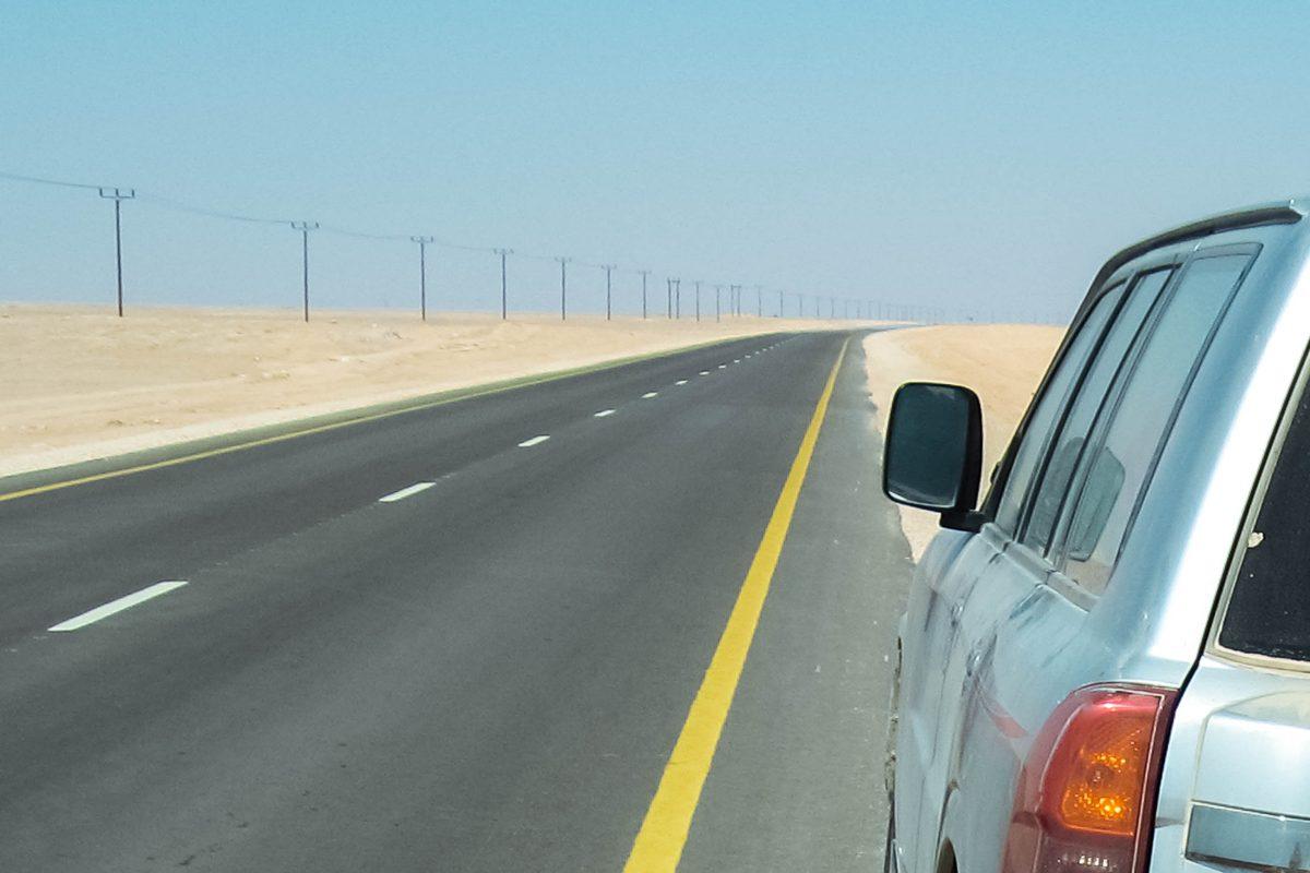 Von Nizwa aus führt eine schnurgerade Asphaltstraße durch die Jiddat al Harasis bis nach Salalah – 900 Kilometer, Oman - © FRASHO / franks-travelbox