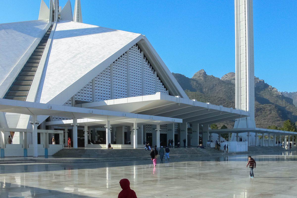 Das Erscheinungsbild der Shah Faisal Moschee wurde zu anfangs stark kritisiert, passt es doch so gar nicht ins typische kuppelgekrönte Bild der meisten Moscheen, Islamabad, Pakistan - © Muhammad Kamran Akhlaq/Shutterstock