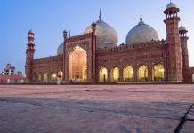 Die Badshahi Moschee beeindruckt durch ihre gewaltigen Ausmaße und durch ihre kunstvolle Fassade aus blutrotem Sandstein und schneeweißem Marmor, Lahore, Pakistan - © Tanzeel Rehman / Fotolia