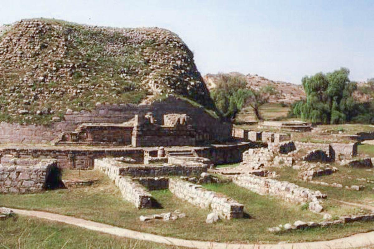 Die Dharmarajka-Stupa in der heutigen Ruinenstadt Taxila in Pakistan wurde vom Kaiser des ersten indischen Großreiches errichtet - © CC BY-SA 1.0 / Wiki