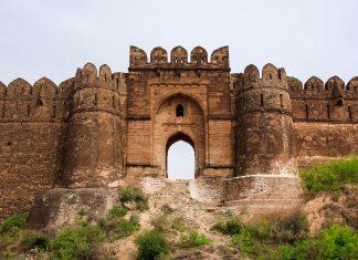 Die Festung von Rohtas liegt in Punjab, im Norden des heutigen Pakistan und wird von einer 4 Kilometer langen Mauer umschlossen, die mit mächtigen Rundtürmen versehen ist, Pakistan - © arifkamalzaidi / Shutterstock