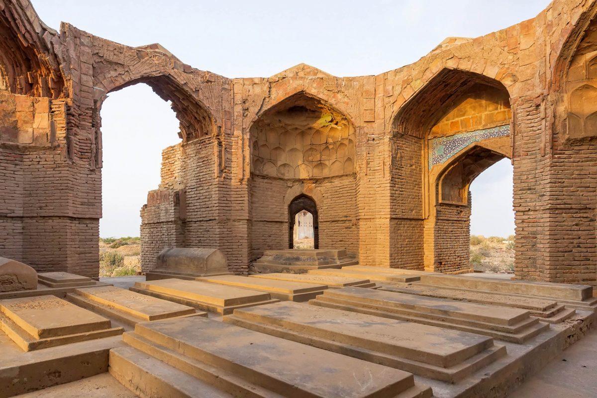 Die Grabstätten auf dem Makli-Hügel in Pakistan reichen von einfachen Gräbern bis hin zu spektakulären Mausoleen - © Ghulam Rasool / Shutterstock