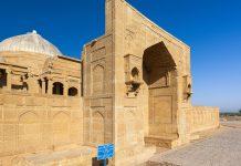 Die Makli Hügel nahe der Stadt Thatta im südlichen Pakistan beinhaltet etwa 1 Million Grabstätten aus dem 14. bis 18. Jahrhundert - © Ghulam Rasool / Shutterstock