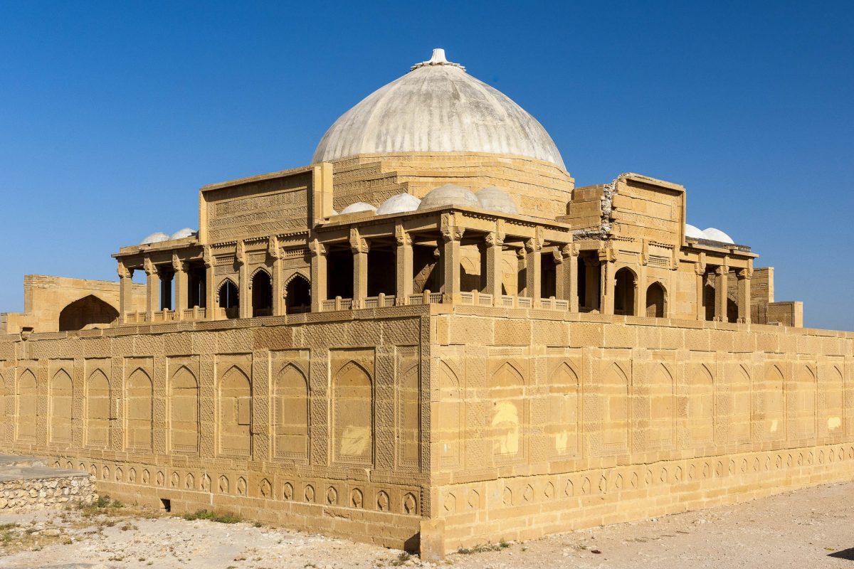 Grabtempel des Mirza Isa Khan II., wohl das größte Mausoleum am Makli-Hügel, Pakistan - © Ghulam Rasool / Shutterstock